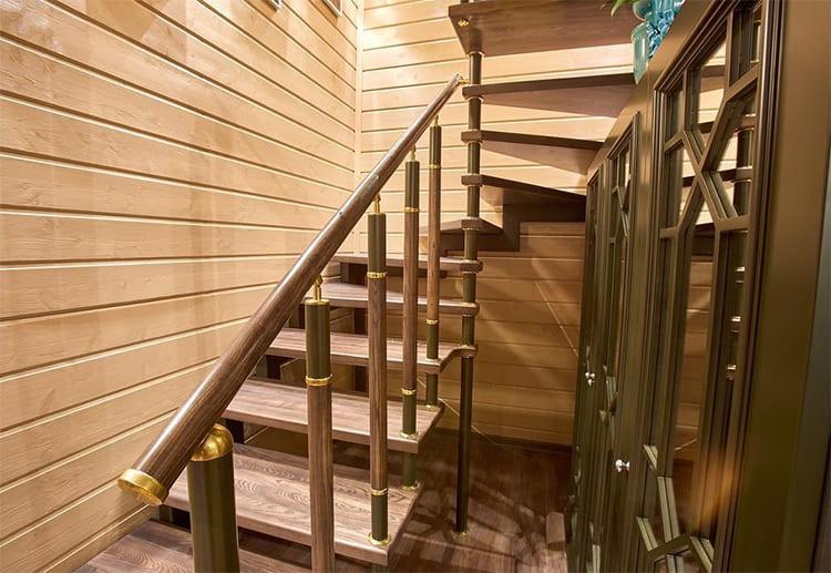На второй этаж ведёт лестница из массива, вертикальные стойки которой украшены золочёными элементами ФОТО: pressa.tv