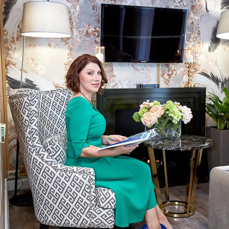Даже кофейный столик с мраморной столешницей Роза Сябитова выбрала с золочёными ножками ФОТО: pressa.tv
