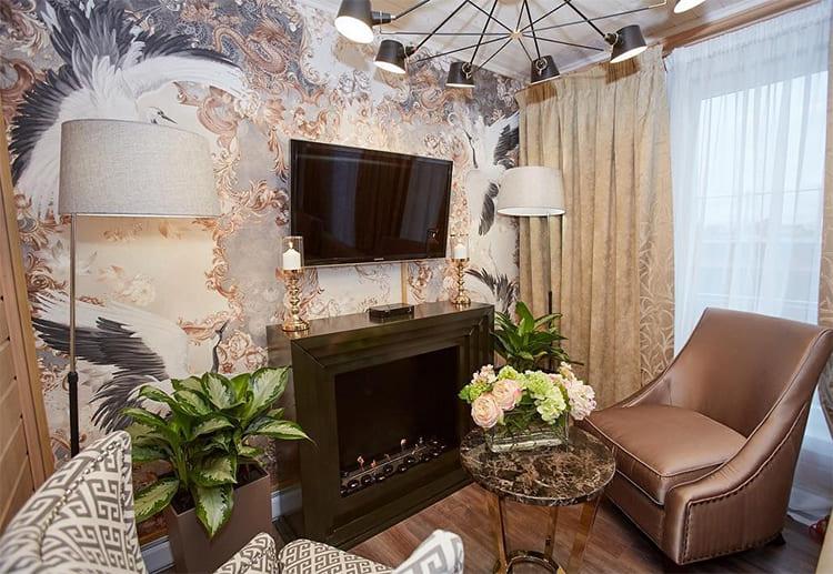 Гостиную украшает дизайнерская люстра, свет плафонов можно точечно регулировать ФОТО: pressa.tv