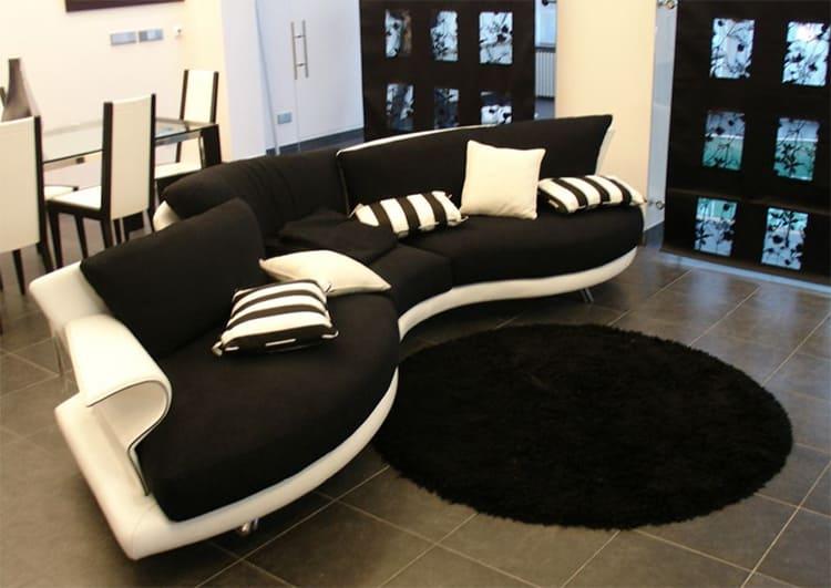 По центру гостиной установлен угловой диван необычной формы ФОТО: obaldela.ru