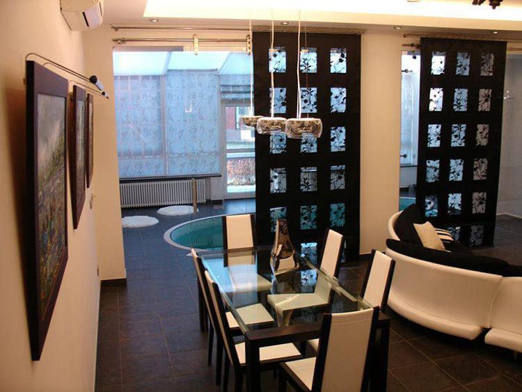 Бассейн от гостиной отделяет декоративная перегородка ФОТО: obaldela.ru