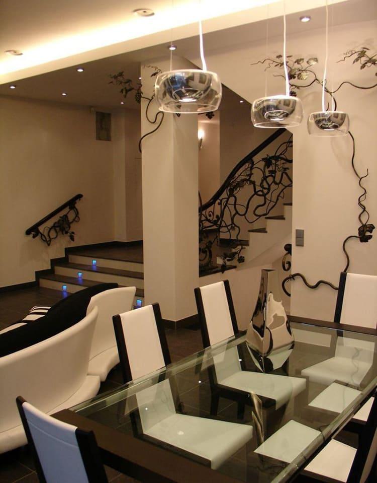 В обеденной зоне поставили стол со столешницей из высокопрочного стекла ФОТО: obaldela.ru