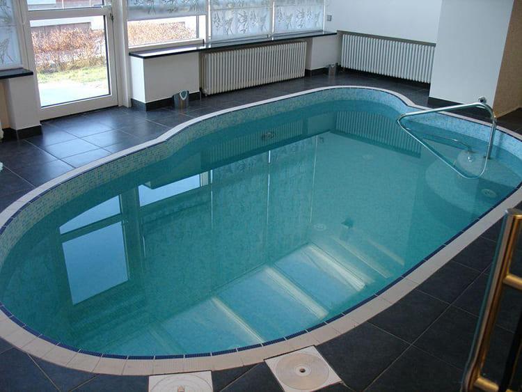 Небольшой бассейн выложен мозаичной плиткой ФОТО: obaldela.ru