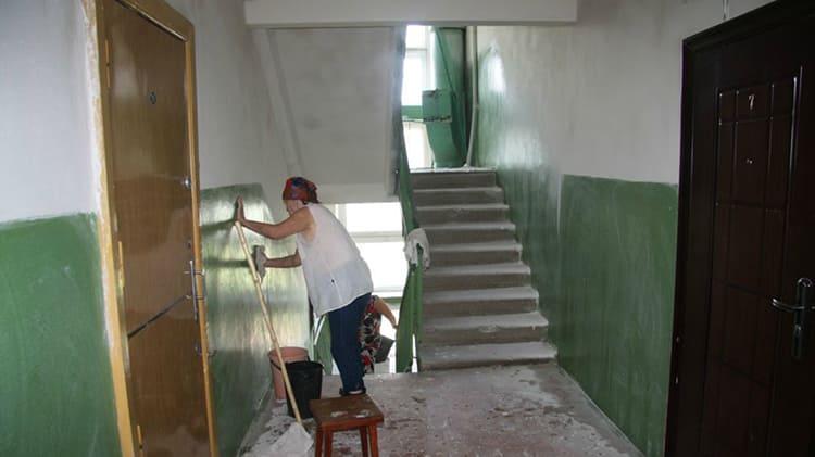 Родителям придётся восстановить не только повреждённый участок, но и перекрасить весь пролёт ФОТО: belsat.eu/ru