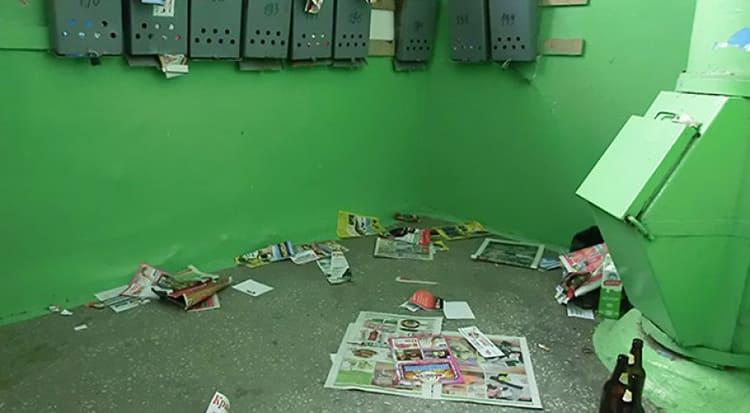 В одиночку с мусором в подъезде бороться сложно, здесь нужен комплексный подход всех соседей ФОТО: zen.yandex.ru