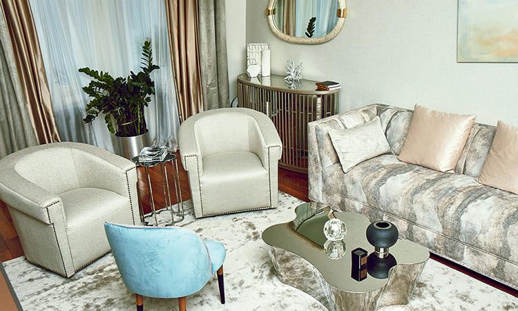 Зеркальные полотна и вставки удачно наполняют гостиную дополнительным объёмомФОТО: golbis.com