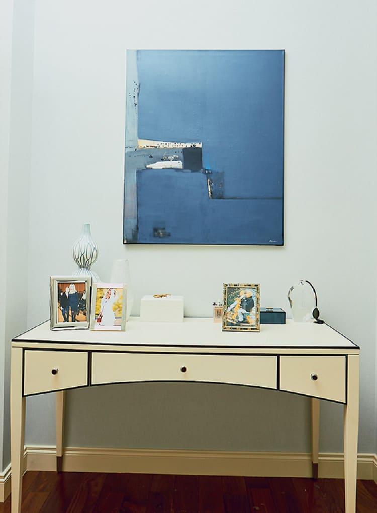 Столешницу рабочего стола украшают лишь несколькоФОТОграфий и изящных предметов декораФОТО: golbis.com