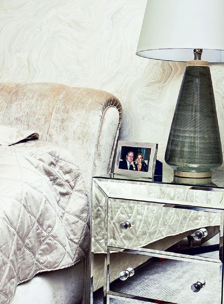 В спальне выдержана общая концепция дизайна: зеркальные поверхности, глянец и светлая отделкаФОТО: golbis.com