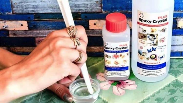Для перемешивания подойдёт деревянный шпатель, он обычно продаётся вместе с сырьёмФОТО: practeco.ru