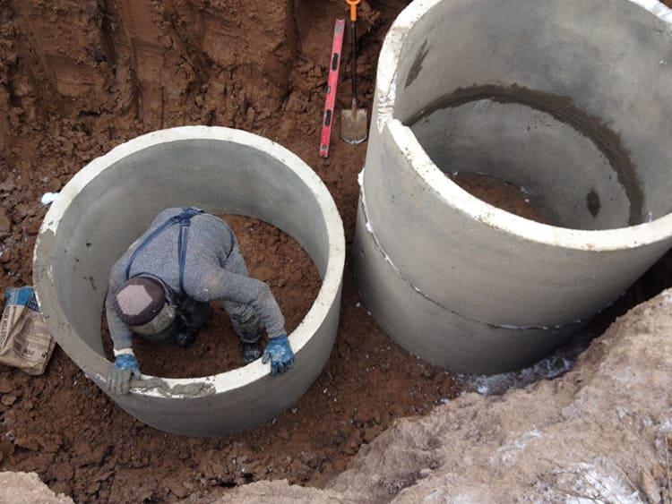 В сравнении с другими материалами, используемыми для постройки колодцев, бетонные изделия отличаются большей долговечностью более высоким уровнем гидроизоляцииФОТО: gold-cottage.ru