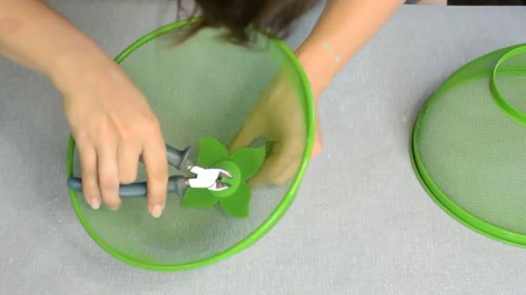 Освобождаем наши корзины от непрактичных пластмассовых элементов с помощью обычных кусачекФОТО: youtube.com