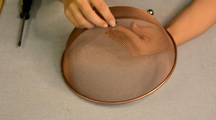 На месте крепежа устанавливаем самую простую металлическую мебельную ручку с шайбойФОТО: youtube.com
