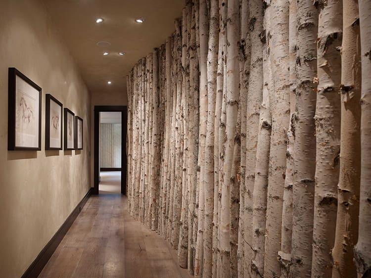 Даже если у вас невероятно узкий и длинный коридор, можно обыграть его, например, такими настоящими стволами. Они настолько неожиданны в этом месте, что привлекают внимание и буквально заставляют промерять взглядом длину коридораФОТО: cdn.deringhall.com