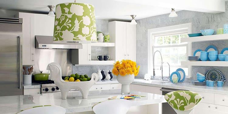Красивая, необычная и яркая посуда – вот самый логичный выбор для кухонного декораФОТО: modernplace.ru