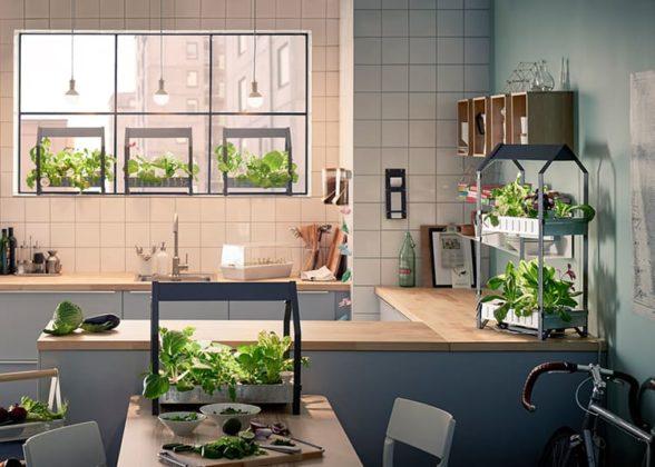 Для декорирования уместно использовать свежую и живую зелень, от цветов до мини-грядокФОТО: dekormyhome.ru