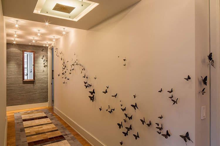 Ещё одна оригинальная деталь – декор в форме объёмной аппликации. Лёгкие бабочки словно провожают вас в комнатыФОТО: artsten.ru