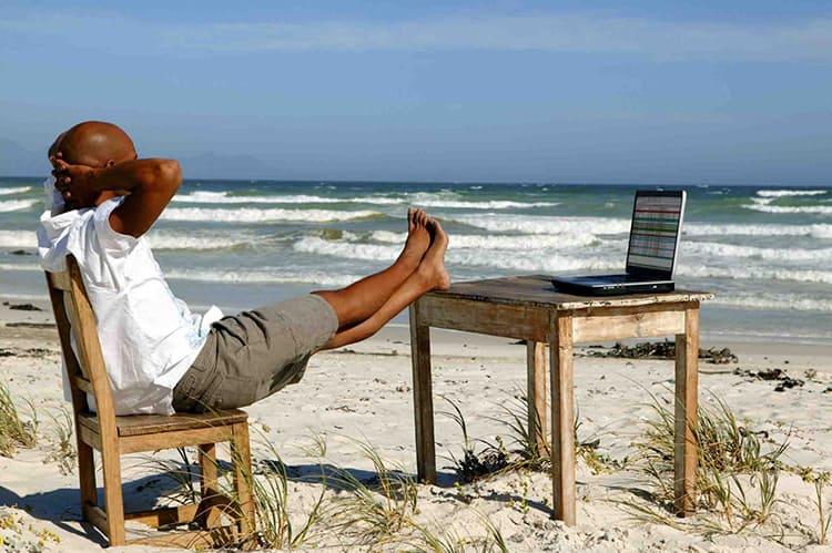 Обычный стул вполне сойдёт, если вы решили раскинуть пасьянс или посмотреть новый фильмФОТО: hsac.ru