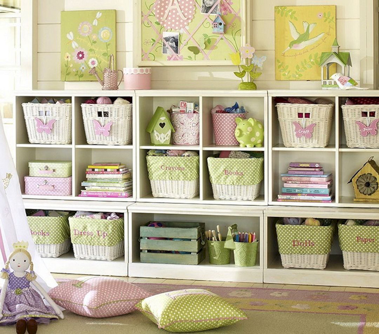 Надписи на ящиках или полках помогут ребёнку приучиться к порядку, укладывая всё на свои местаФОТО: decoredo.com