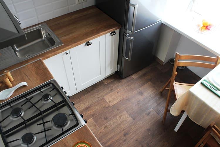 Ламинированная доска на полу маленькой кухниФОТО: img.tyt.by
