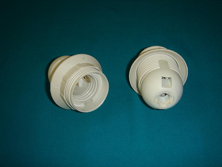 Простейший винтовой патрон из пластика под цоколь Е27ФОТО: chelny-svet.com