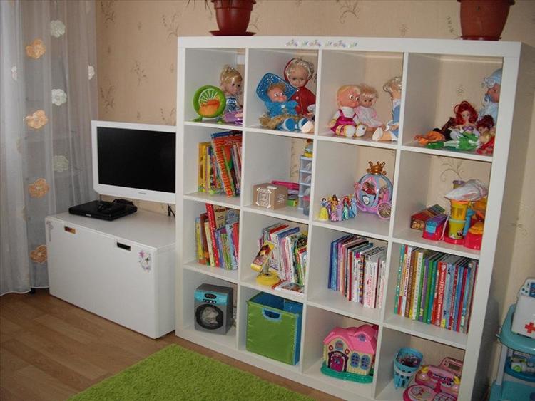 Высота конструкции должна быть такой, чтобы ребёнок мог самостоятельно достать игрушку с верхней полкиФОТО: dekor-okno.ru