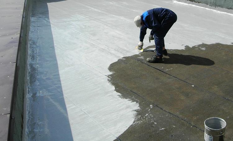 Поверхность основания покрывается битумным составом и бетонной стяжкой для лучшего приклеивания нового материалаФОТО: stroy-podskazka.ru