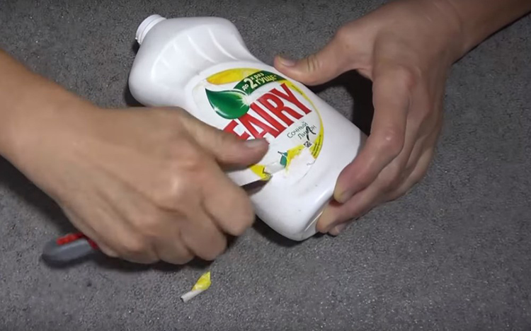 Что бы вы не придумали из них делать, сначала придётся удалить этикетку. Занятие это не простое, придётся подержать немного в тёплой воде всю бутылочку, а потом соскрести этикетку ножом. Постарайтесь не оставлять явные царапины