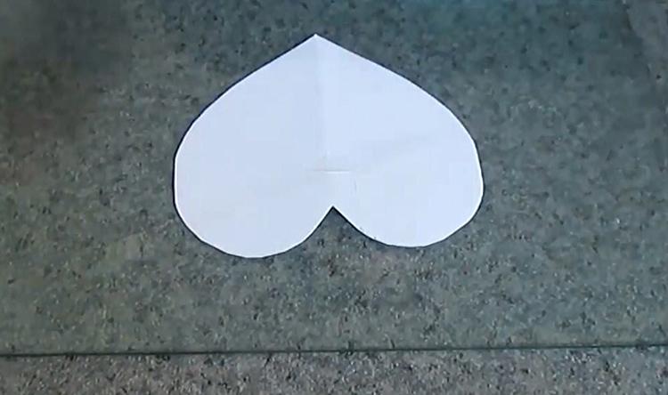 Я нарисовала самый простой шаблон – сердечко, приклеила его к стеклу и перевернула так, чтобы стекло оказалось сверху. Поверхность стекла нужно смазать любым кремом, чтобы клей не прилип к нему