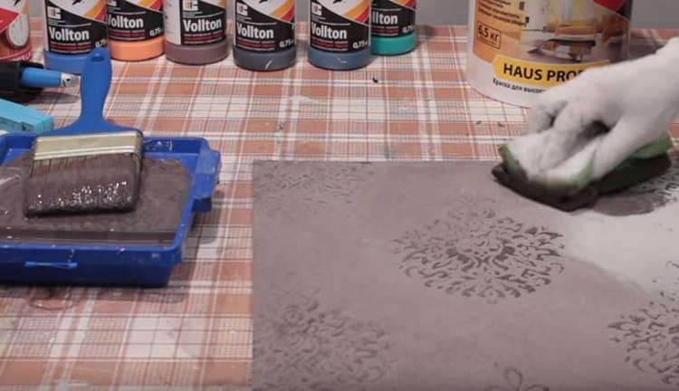 Такую штукатурку можно подвергнуть лиссировке. Этот способ подразумевает добавление небольшого количества колера в прозрачный акриловый лак. Если покрыть стену таким составом с помощью губки, рисунок проявится