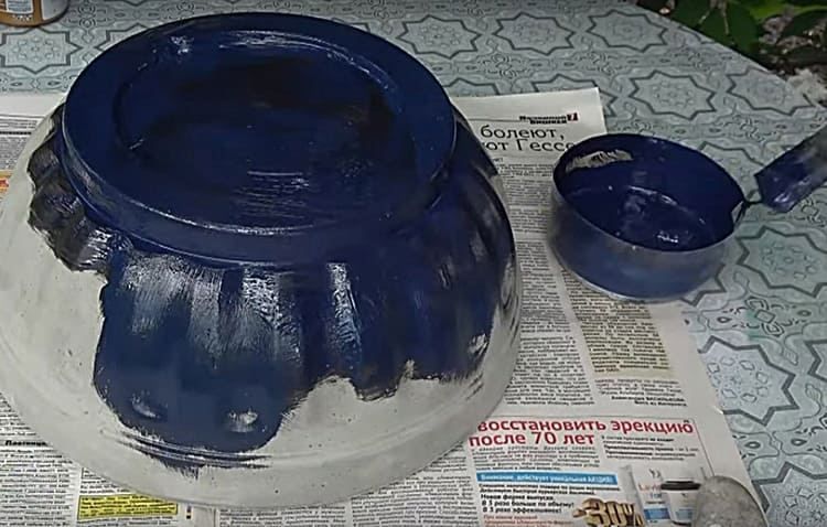 Саму чашу изнутри и снаружи я выкрасила акриловой краской в чёрный цвет. В принципе, можно использовать любой другой вариант декорирования, например, выложить мозаику или нарисовать орнамент