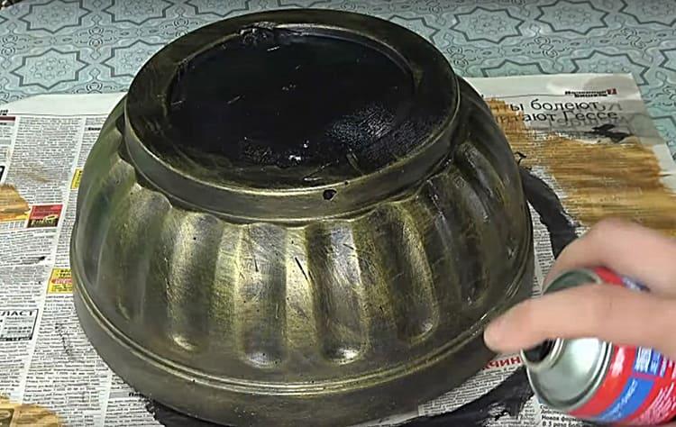 Для закрепления краски я использовала лак в баллончике. Приобретя лёгкий блеск, чаша стала похожа на изделие из металла.