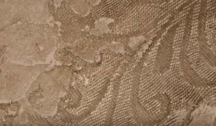 Вот так выглядит благородная старина, в которой нет контрастных цветов, но есть фактурная поверхность, подчёркнутая истиранием и лиссировкой