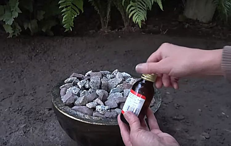 В качестве горючего можно использовать спирт или биотопливо для каминов. Я купила муравьиный спирт в аптеке, а потом муж купил технический спирт. Маслянистые жидкости лучше не применять, копоть осядет на камнях и чаше