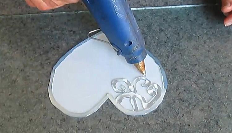 Нарисуйте клеем контур и заполните его завитками или линиями, как вам нравится