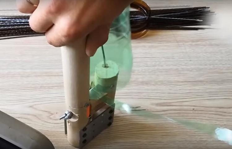 Дальше бутылки нужно порезать на полосы. Вы можете сделать это и простыми ножницами, а мы вот давно уже пользуемся самодельным бутылкорезом. Его сделал мой муж. Удобная вещь, которая используется довольно часто