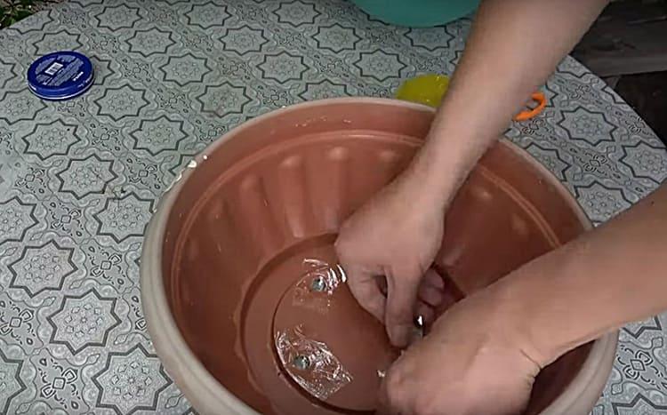 Отверстия для слива воды в днище кашпо я заклеила скотчем, чтобы бетонная заливка не вытекала из них