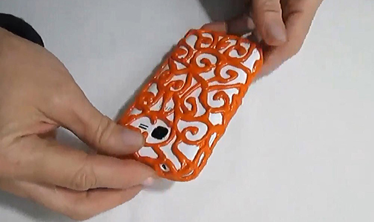 Когда краска высохнет, можно надеть готовый чехол на ваш смартфон