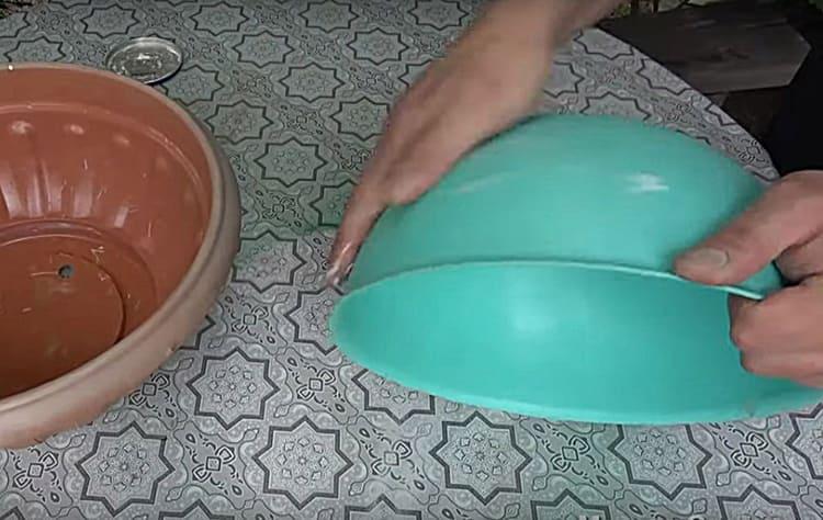 Внутренним вкладышем для формы стала небольшая округлая миска. Обе детали я смазала маслянистым кремом, чтобы бетон не прилипал к стенкам при заливке