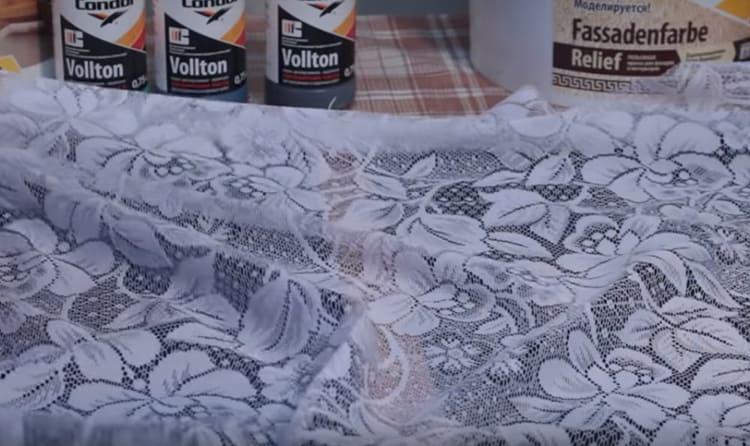 Когда краска просохнет, закрепите на стене кусок тюля. Чтобы он надёжно зафиксировался, используйте малярный скотч. Хорошо натяните ткань, чтобы не было складок и провисаний