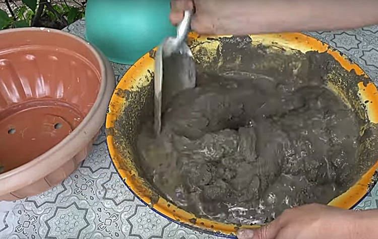 Для изготовления бетона, на 3 части песка я взяла 1 часть цемента, добавила воды и несколько капель средства для мытья посуды в качестве пластификатора