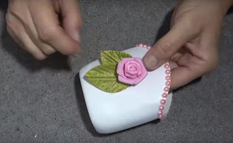Для оформления салфетницы я взяла цветочек и листья из лент. Такие можно сделать самостоятельно или купить в тех же магазинах. Всё легко крепится на горячий клей