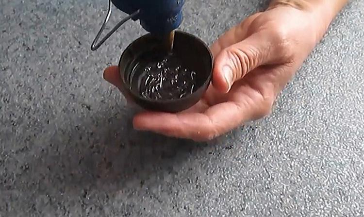 Крышечку нужно заполнить термоклеем до самых краёв