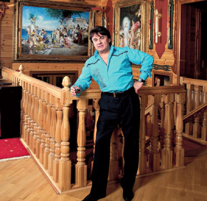 Александр выгодно подчеркнул удивительную форму потолка, разместив картинную галерею в виде ступеней