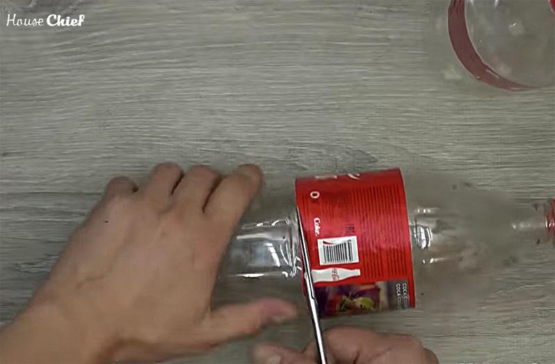Нужно отрезать половину бутылки – верхняя часть потребуется для нашей поделки, а из нижней части тоже можно много чего сделать: от вазочки до прочной верёвки