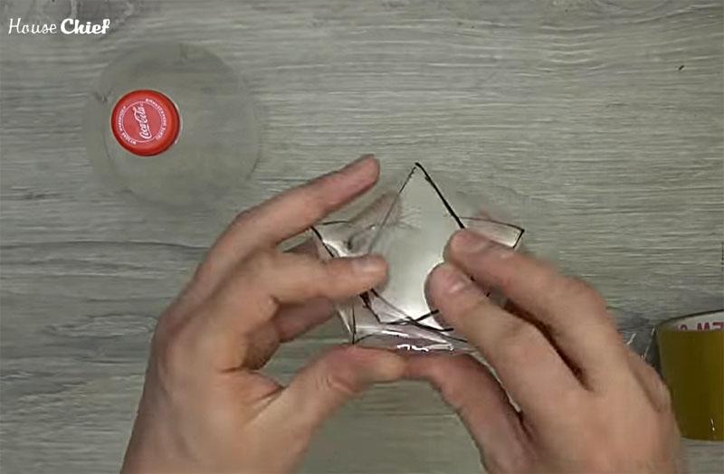 Следующий шаг – это оригами. Сложите пластиковые лепестки один на другой так, чтобы получилось плоское дно. Оно будет иметь форму пятиконечной звезды, ведь вы поделили окружность на пять равных частей