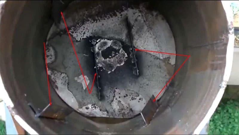 Внутри бочки навариваются лопасти из стальных уголков, которые помогут перемешать раствор