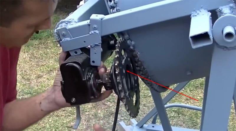 Фиксируем электромотор на кронштейне так, чтобы звёздочка идеально совпадала с цепью