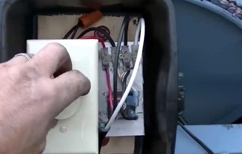 Устанавливаем реостат в бокс с закрывающейся крышкой