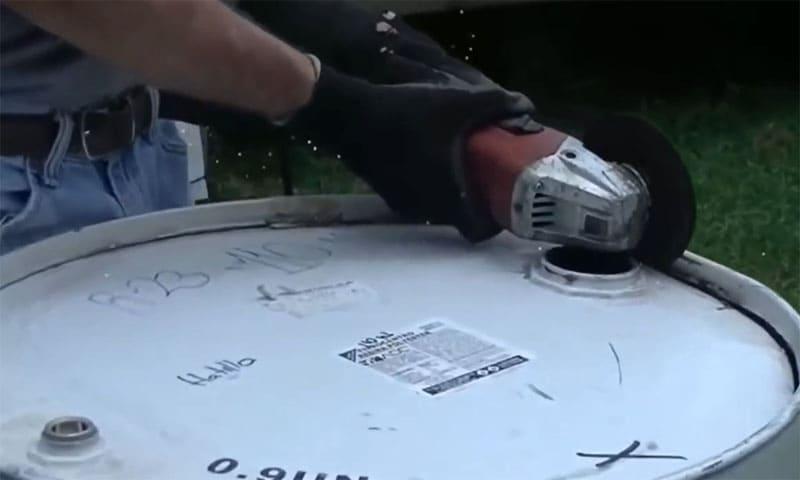 Срезаем верхнюю часть бочки при помощи болгарки