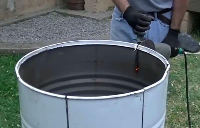 Разрезаем болгаркой бочку на лепестки по ранее сделанной разметке